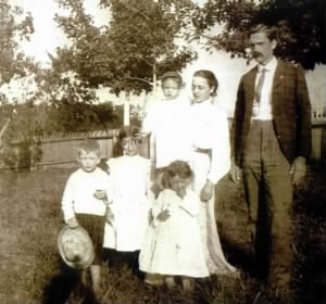 JL Holland 2 family 1906.jpg