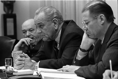 800px-Dean_Rusk,_Lyndon_B._Johnson_and_Robert_McNamara_in_Cabinet_Room_meeting_February_1968.jpg - Fold3.com