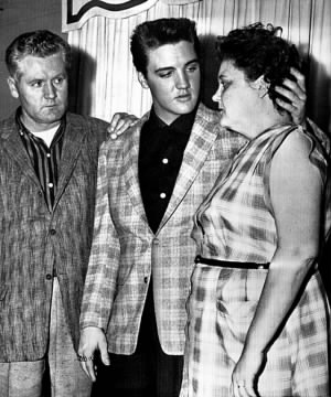 Elvis_with_parents_1958.jpg